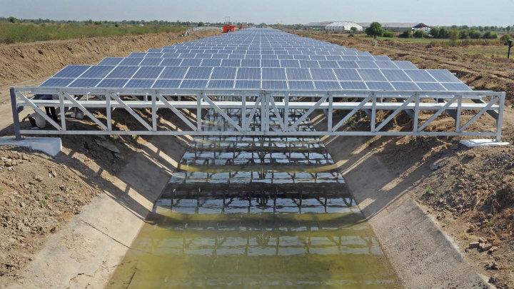 India overdekt kanalen met fotovoltaïsche panelen