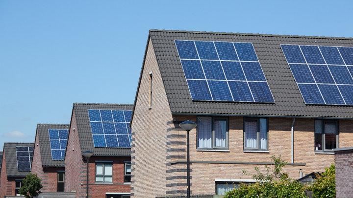 Wat zijn de kosten en onzekerheden bij de aanschaf van zonnepanelen?